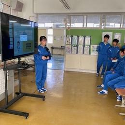 後期課程では、職場体験学習の成果報告を桑の実発表会として開催