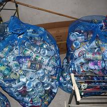 空き缶が集まっています